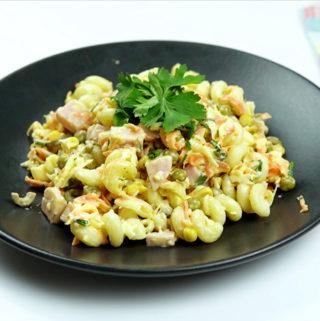 Salada com frios e macarrão integral