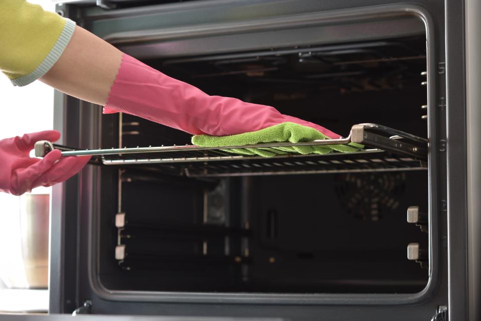 Limpando o forno com bicarbonato e vinagre