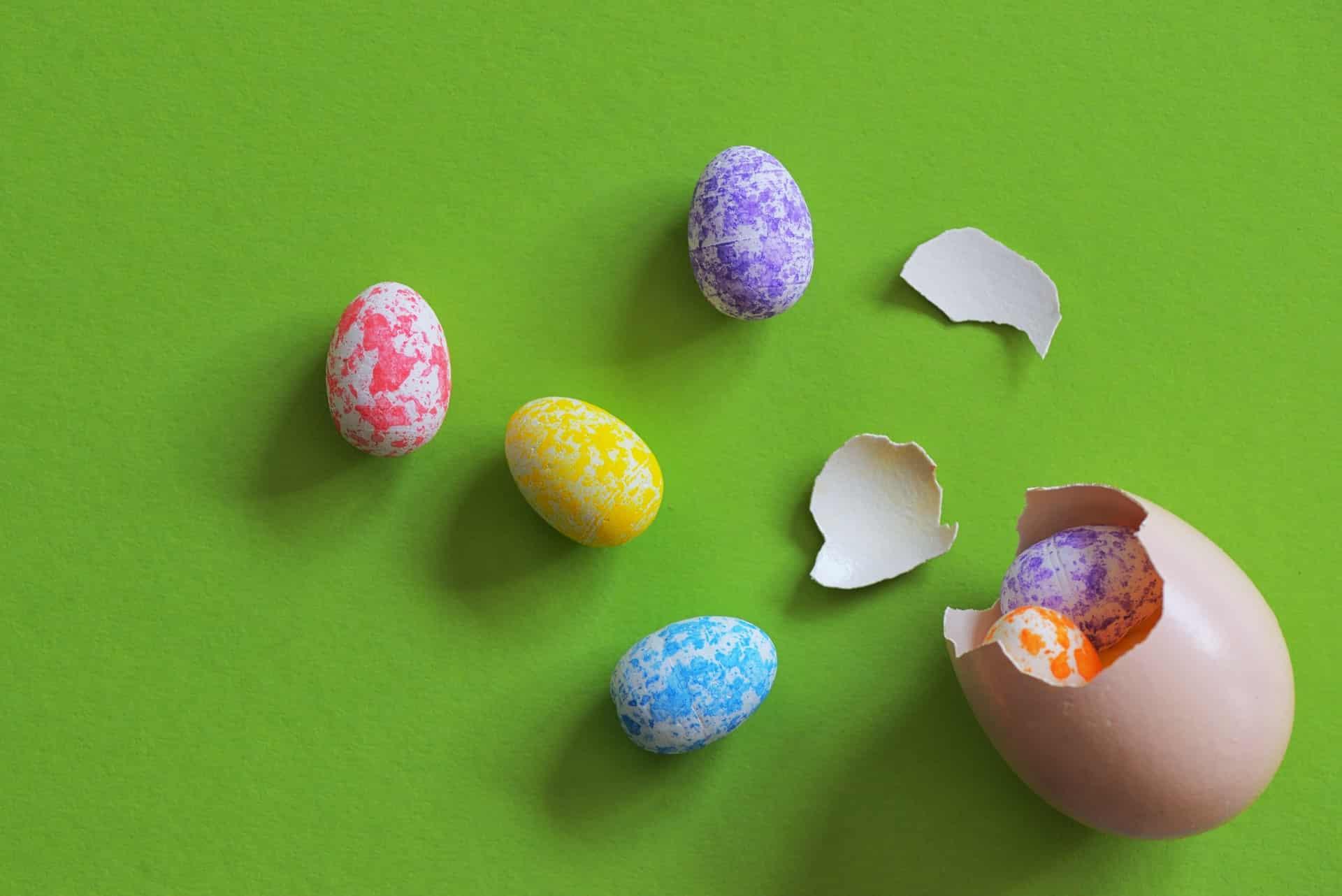 Ovinhos decorados também fazem parte da Páscoa – que com o ovo de chocolate no pote ganha novos ares.