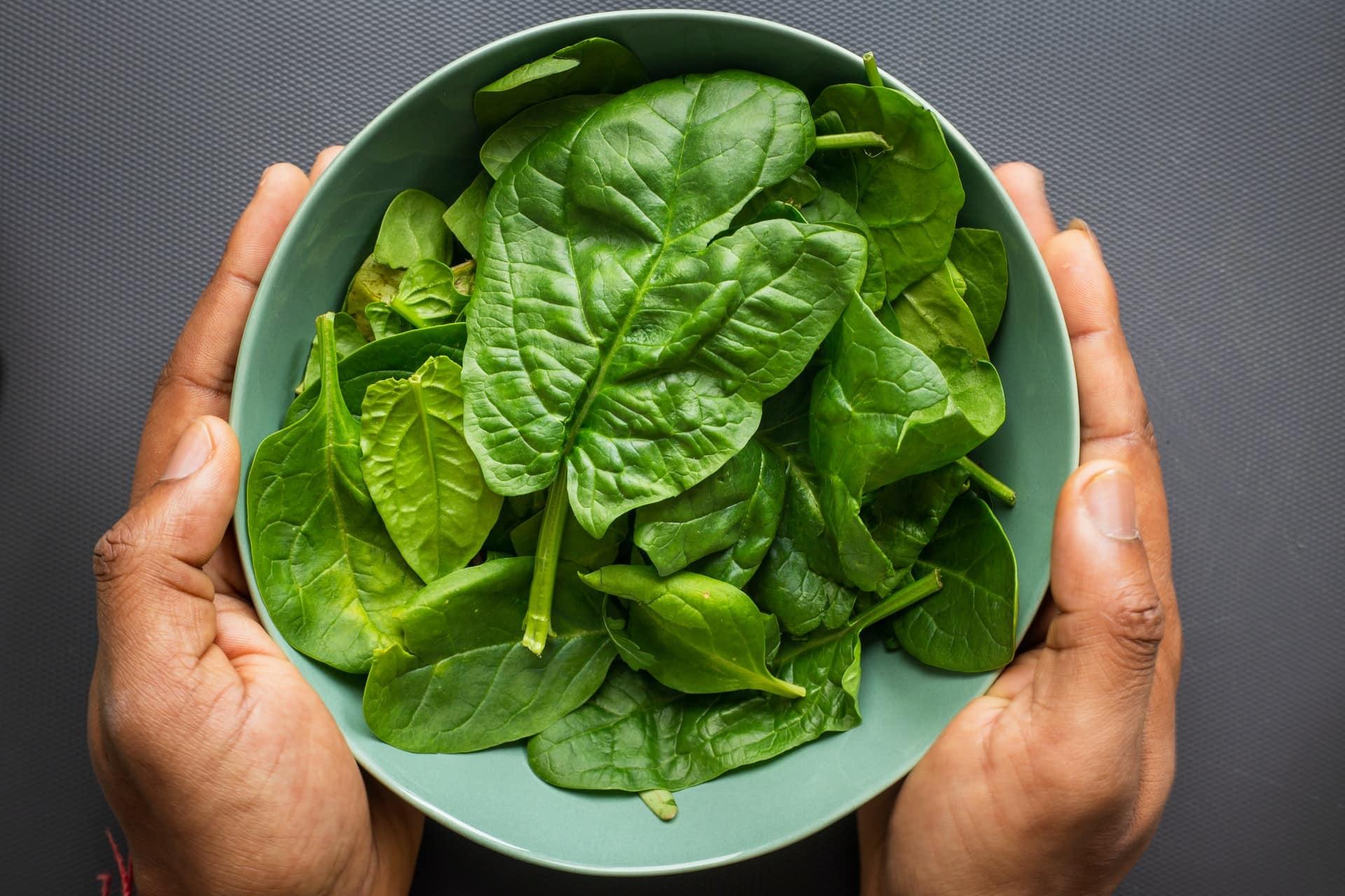 Não se esqueça do espinafre para um jantar vegano leve e de qualidade. (Fonte: Unsplash)