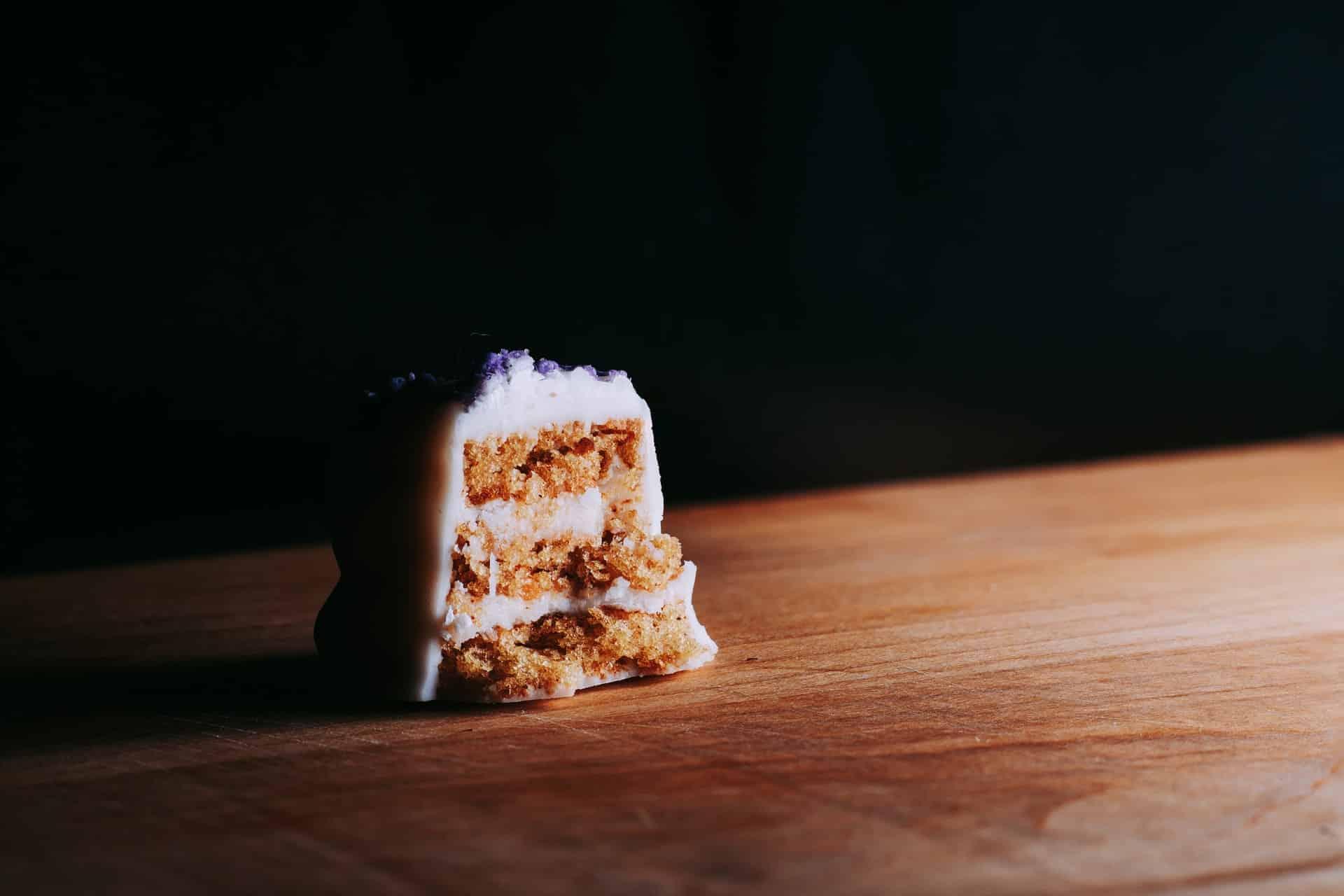 Carrot cake, nos Estados Unidos, é bem diferente de nosso bolo de cenoura fofinho.