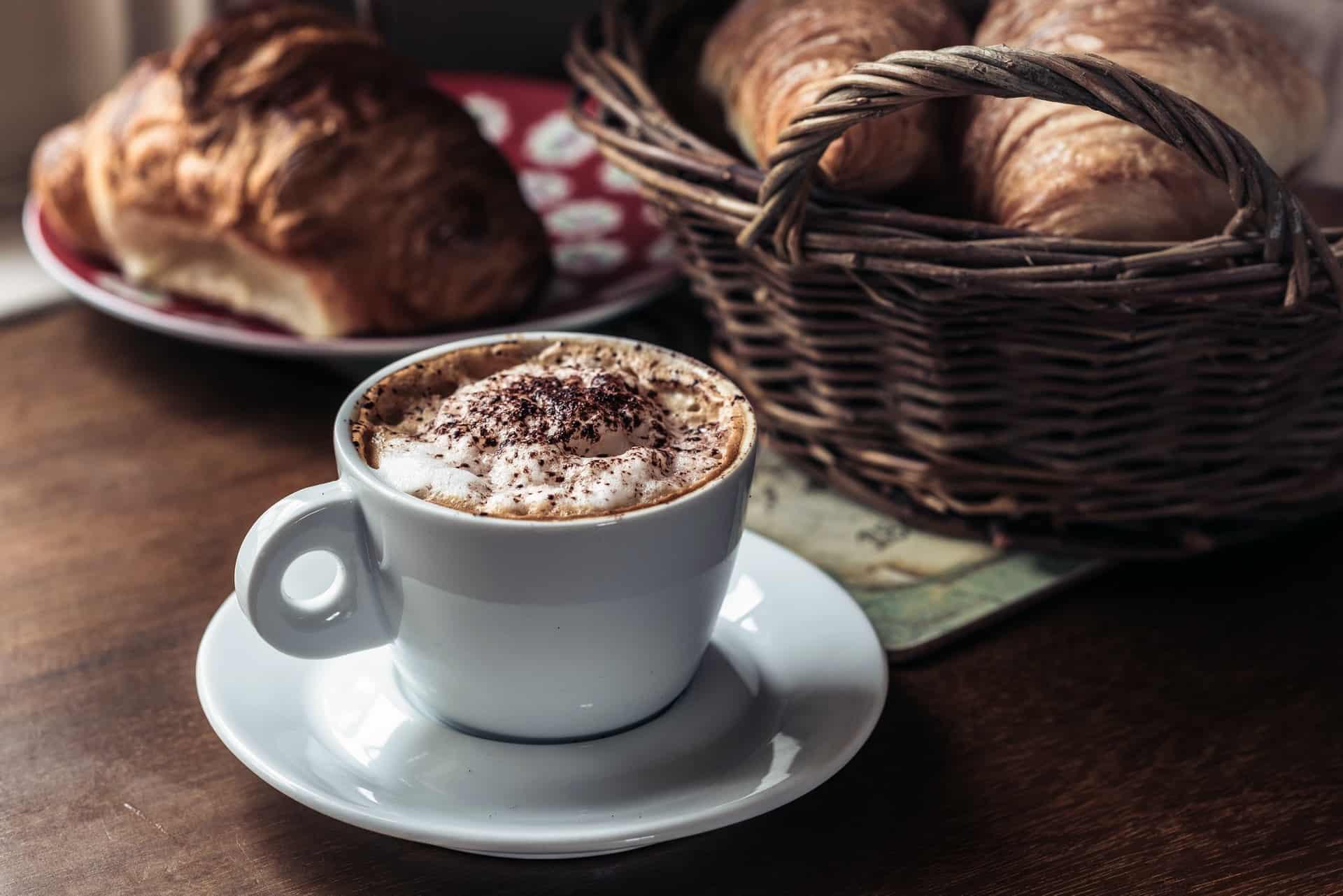 Cappuccino cremoso cria uma atmosfera incrível para amantes de café. (Fonte: Unsplash)