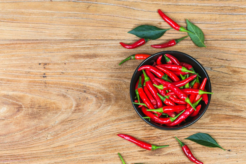 pote com pimentas vermelhas